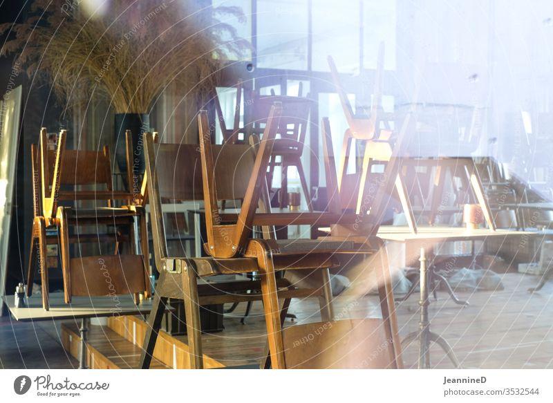aufgestapelte Stühle im Restaurant Lockdown Menschenleer Innenaufnahme geschlossen Tourismus Gastronomie Einsamkeit Kneipe Geduld aushalten warten unsicher