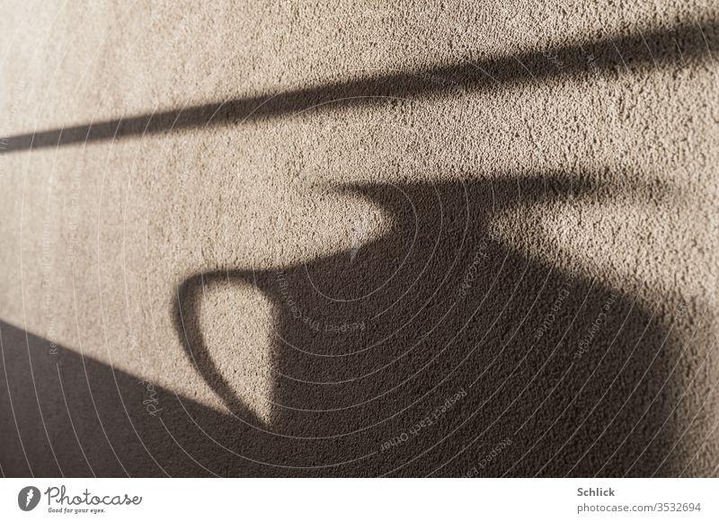 Der Krug wirft seinen verzerrten Schatten an die Wand rauhputz monochrom Henkel Wasserkrug Putz Licht Licht und Schatten Projektion