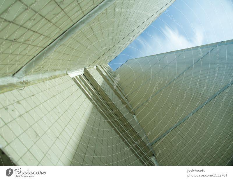 schräge Ecke mit Licht und Schatten Blauer Himmel Treppenhaus abstrakt Tegel Einigkeit gleich groß Schutz Stadthaus Fassade hässlich authentisch Symmetrie Stil