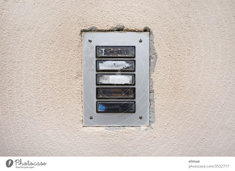 Klingelleiste an einer Wand mit fünf Klingelschildern ohne Namen Namensschild Navigation Wohnungssuche Mietwohnung namenlos Klingelknopf Klingelputzen verlassen