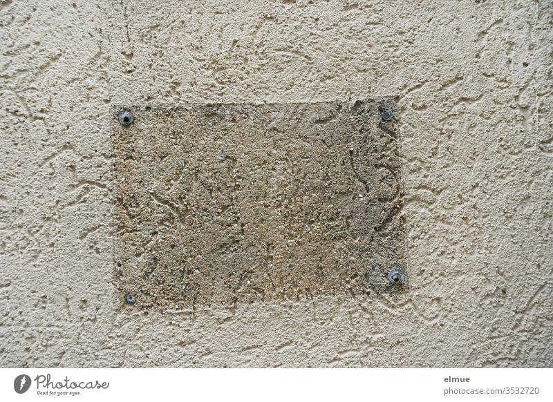 verputzte Wand mit einem sichtbar entfernten Schild Mauer entfernen hell-dunkel Dübel Spur Fassade Anschlag Gedeckte Farben Haus alt Gebäude Architektur Blog