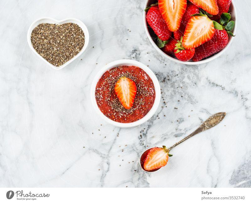 Erdbeer-Chiakonfitüre aus Chiakernen Erdbeeren Marmelade Chiasamen Chia-Stau niedriger Zucker Entzug süß Dessert Lebensmittel Gesundheit selbstgemacht Glas