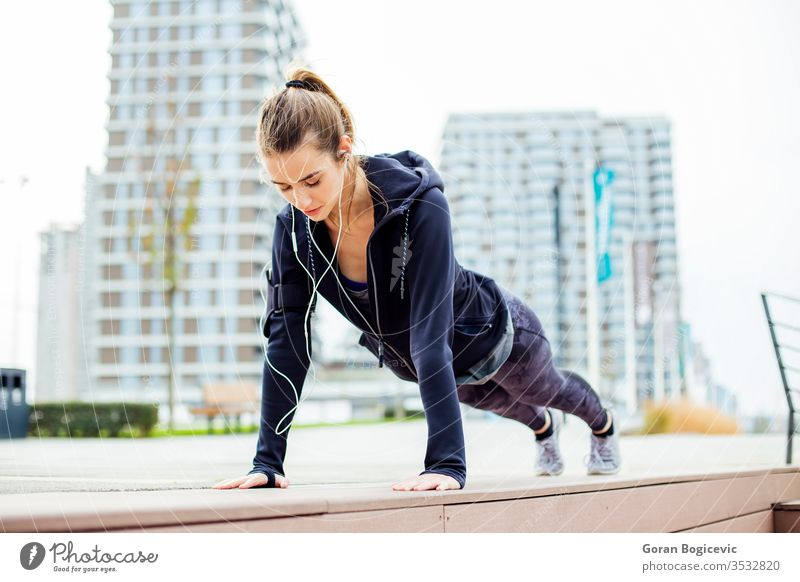 Fitnessgirl bei der Plankenübung im Park passen Schiffsplanken Aktivität Frau Athlet sportlich Übung jung im Freien Lifestyle Gesundheit aktiv Tun Pflege urban