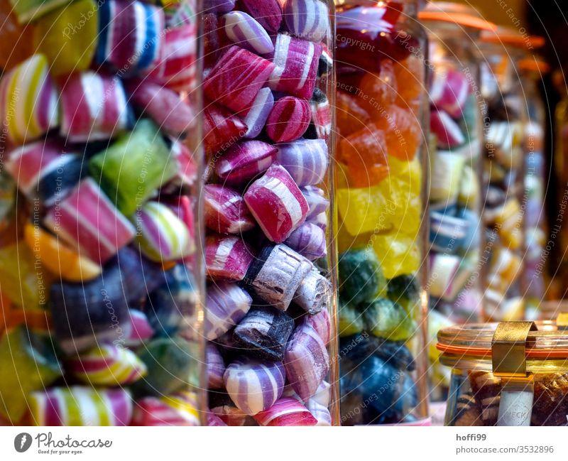 farbige Bonbons in Gläsern Süßwaren Zucker Ernährung süß Sucht Suchtstoff rot mehrfarbig naschen Naschkram Zahnschmerzen gelb grün Zahnarzt durcheinander