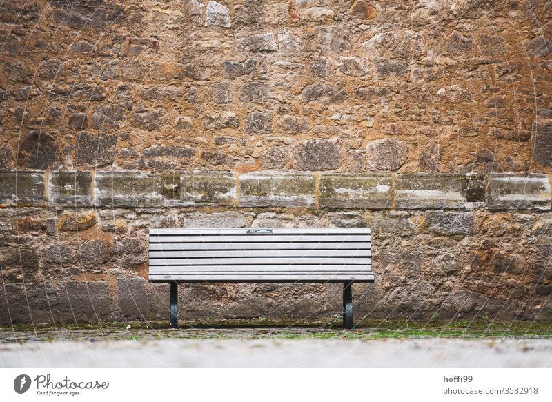 die Bank steht leer und wartet auf Besucher Sitzban Burgmau Sandsteinmauer Standstein Fassade Mauer Wand Altstadt Altstadthaus Burg oder Schloss Bughof alt