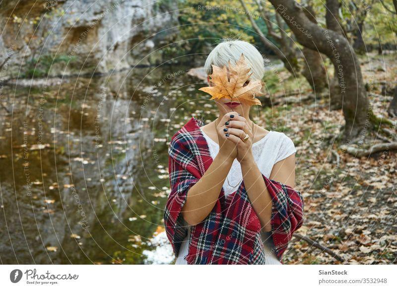 Blonde Frau hat Herbsturlaub. blond lassen Licht Feuerwerk Feier Bengalen Hand Weihnachten neu Mädchen Funken Vorabend Beteiligung schön Wunderkerze Jahr jung