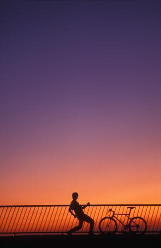 sungodown 91 violett gestikulieren Fahrrad Sonnenuntergang Juni orange Mountainbuke Geländer 1 Person Brücke Abend