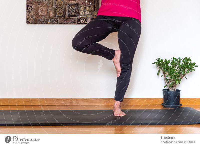Frau mittleren Alters, die Yoga praktiziert, Baum-Pose. Biegen Schönheit Training Europäer trainiert. Flexibilität Wellness lebend Single