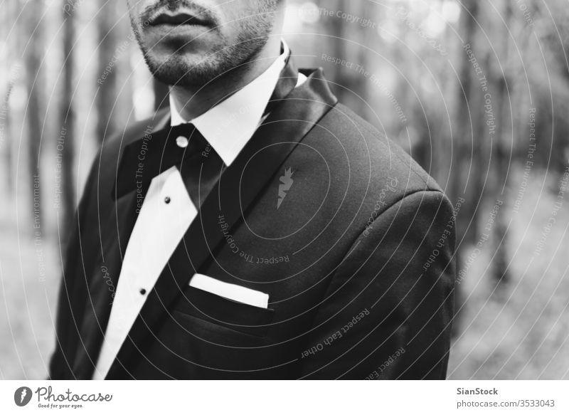 Bräutigam beim Hochzeitssmoking im Wald striegeln schwarz weiß Mann elegant Glück Jacke SCHWARZ-WEIß Hintergrund Person Krawatte Porträt Smoking gutaussehend