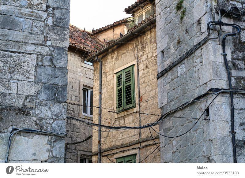 Steingebäude im alten Stadtteil Split in Kroatien Gebäude Großstadt Architektur Ansicht antik Revier Haus Straße urban historisch Sommer Wand Fenster Europa