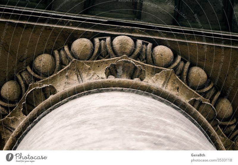 Teil des Dekors einer alten antiken Säule abstrakt Antiquität Architektur Hintergrund Ball Unteransicht braun Gebäude Großstadt schließen abschließen Farbe