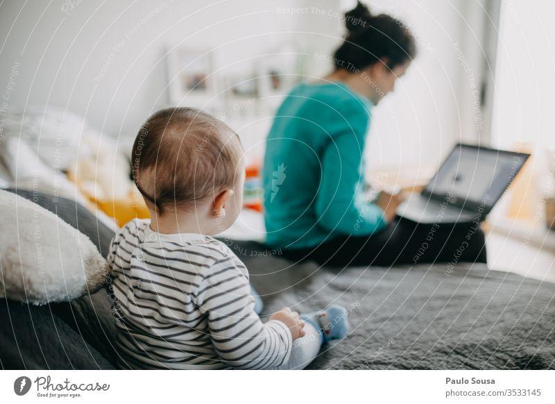 Baby beobachten Mutter von zu Hause aus arbeiten Arbeiten zu Hause Einsperrung Quarantäne Quarantänezeit heimwärts Familie & Verwandtschaft Coronavirus Kind