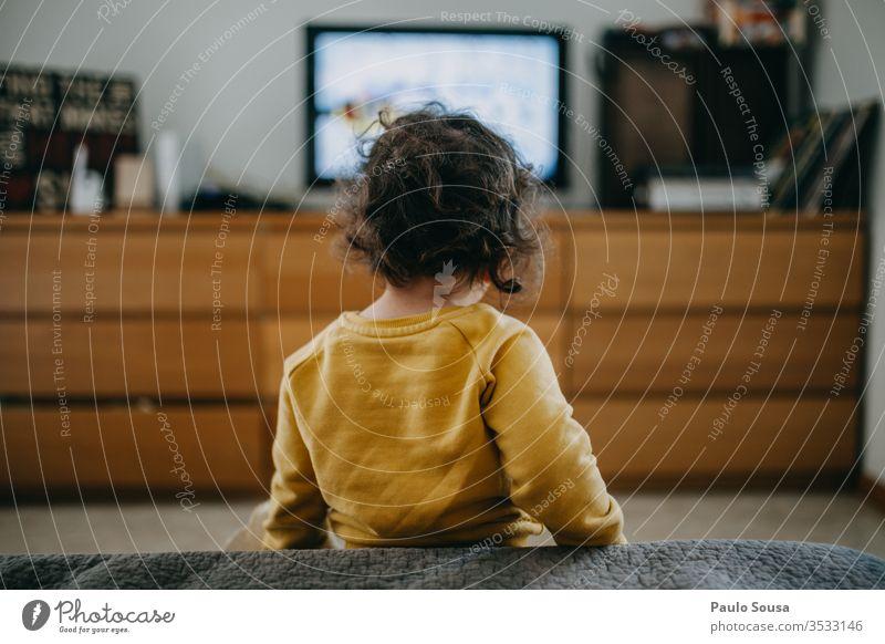 Kinder, die zu Hause fernsehen Fernsehen Technik & Technologie Kaukasier 2-3 Jahre 1-3 Jahre Mensch Farbfoto Kindheit Kleinkind Innenaufnahme Lifestyle