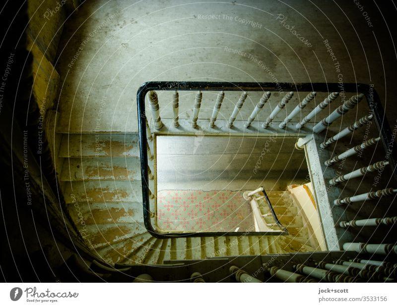 für einen Blick von oben nach unten die Treppe nehmen Weitwinkel Höhenunterschied Schatten Zahn der Zeit Lichteinfall ursprünglich Kunsthandwerk Vergangenheit
