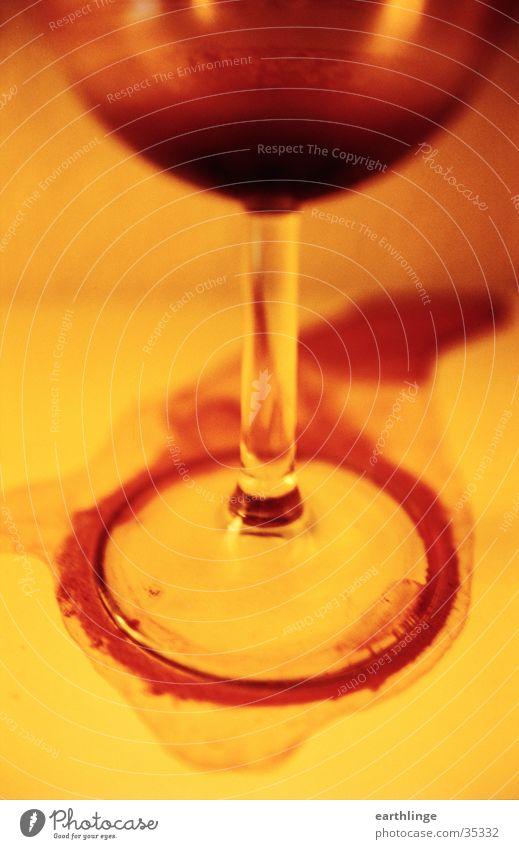 Wein und Pein rot gelb Alkohol Am Rand getrocknet Wein Rotwein verschütten verhängnisvoll
