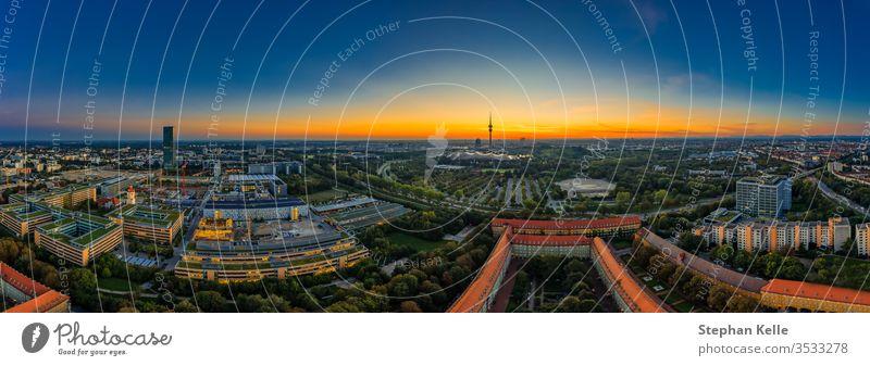 Blick über München als Sonnenaufgangspanorama mit Bürogebäuden im Vordergrund Business hoher Winkel Park Dröhnen Antenne Panorama Straße Deutsch beliebt lebend
