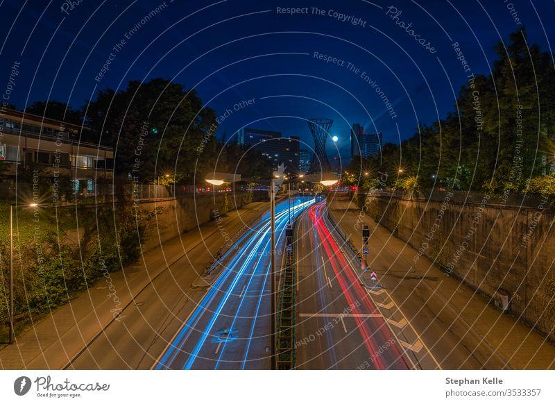 Nachtfahrt mit leichten Autoschleifen im bayerischen München bei schwachem Licht. PKW Laufwerk abstrakt Verkehr Großstadt urban minga Monaco Deutschland reisen