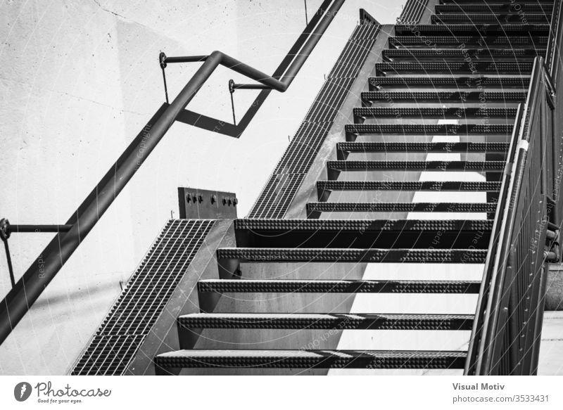 Außentreppe aus Metall in Schwarz und Weiß Treppe Architektur architektonisch Struktur urban im Freien Außenseite Beton abstrakt Material Wand bügeln Graustufen