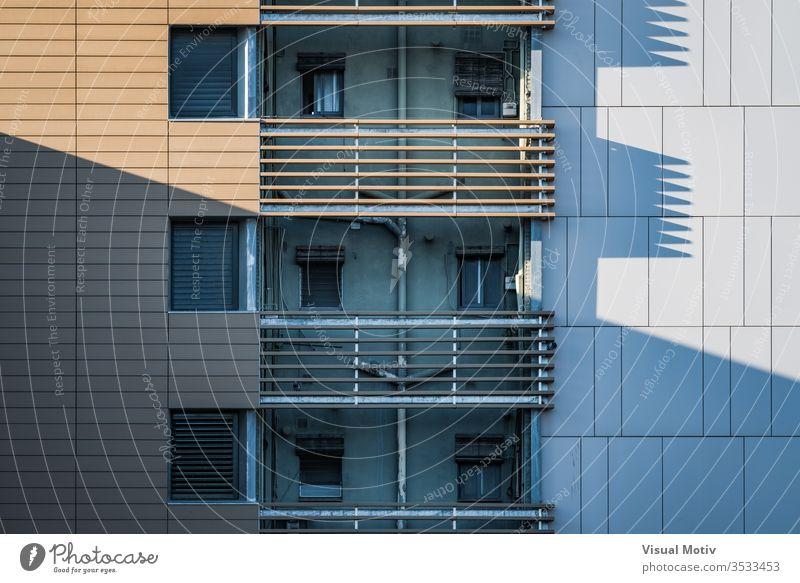Schatten der Fassade eines Wohngebäudes im Nachmittagslicht Gebäude Fenster Balkone Architektur architektonisch urban wohnbedingt Beton Struktur Formen abstrakt