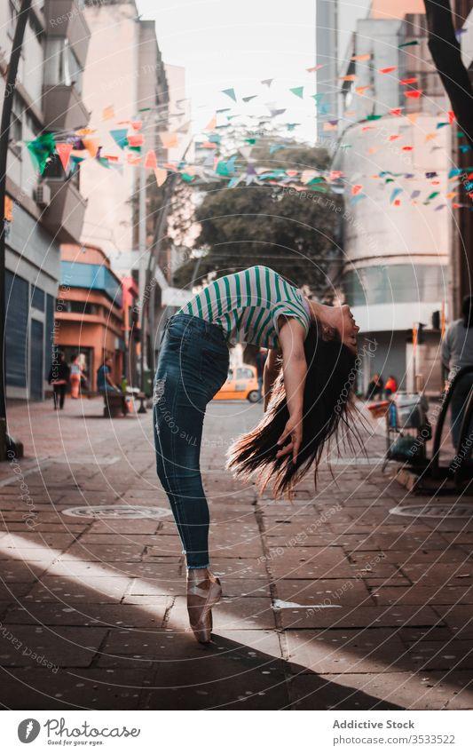 Glückliche Frau tanzt auf der Straße Tanzen Split Konzept Verkehr Großstadt jung schlank elegant Ballerina lässig Rückbiegung ausführen Tänzer sich[Akk] bewegen