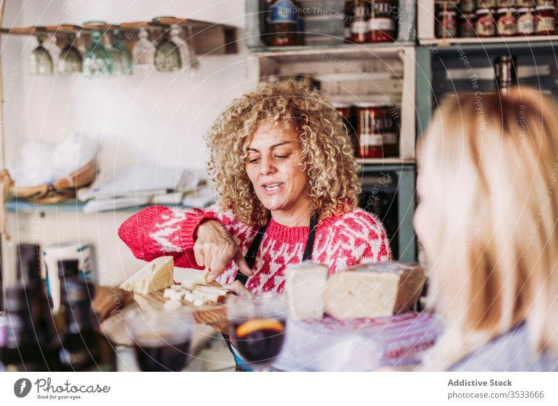 Fröhlicher Verkäufer kommuniziert mit dem Kunden verkaufen sprechen Produkt Glück Arbeit Dienst Lebensmittelgeschäft Textfreiraum Behaarung lockig reden