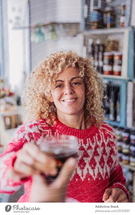 Barkeeper mit Wein im Glas Werkstatt Wasserhahn lokal Verkäufer Getränk trinken Alkohol Einzelhandel Tradition Kleinunternehmen Besitzer authentisch Pub Laden