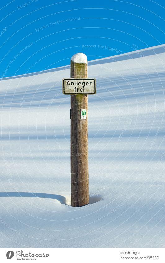 Endlich Winter Himmel Einsamkeit Schnee Berge u. Gebirge Holz Schilder & Markierungen Schönes Wetter Pfosten Harz