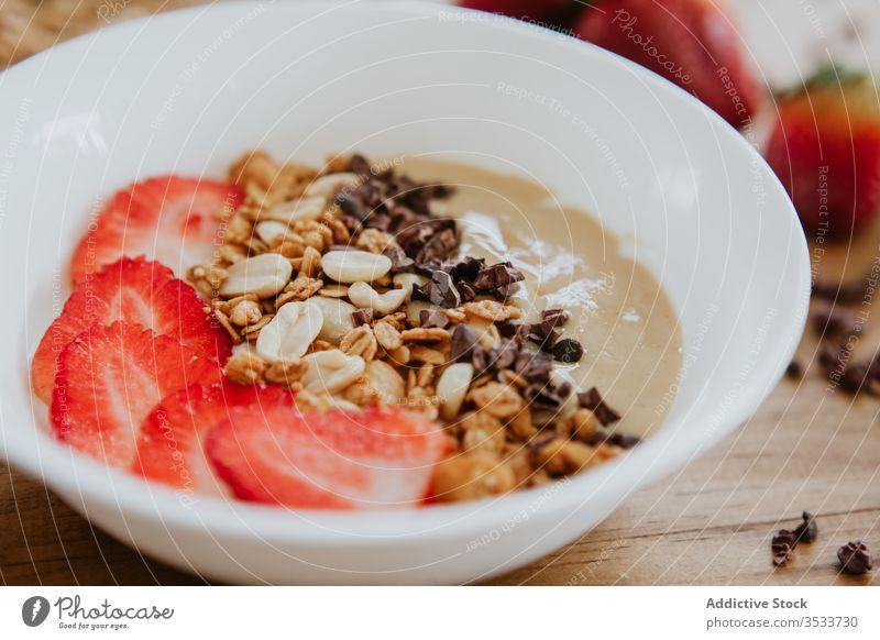 Süßes Püree mit Erdbeeren serviert und Nüssen mit Schokolade süß Frühstück Schalen & Schüsseln Walnussholz Erdnuss Gesundheit Frucht Morgen Tisch geschmackvoll