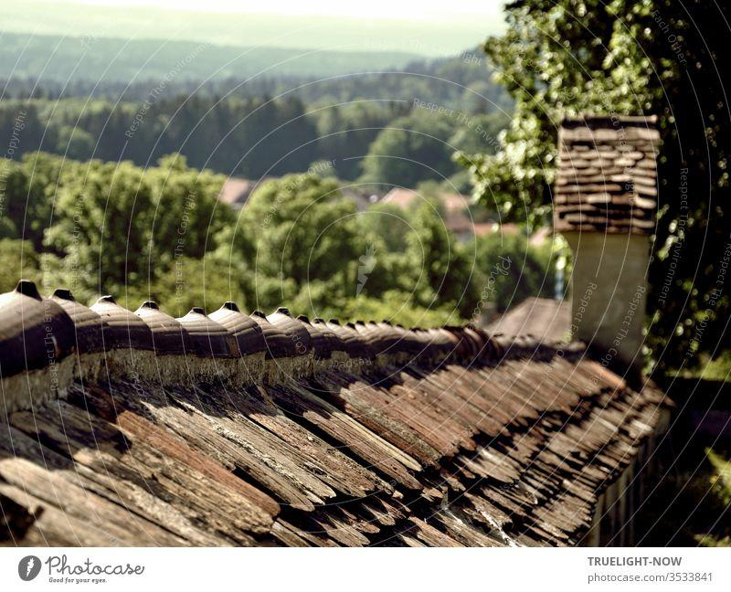 Natur und Architektur   Uralte Friedhofsmauer am Rande des Dorfes Wessobrunn mit weitem Blick in die grüne Landschaft Oberbayerns Alt Mauer Barock Kloster Hügel