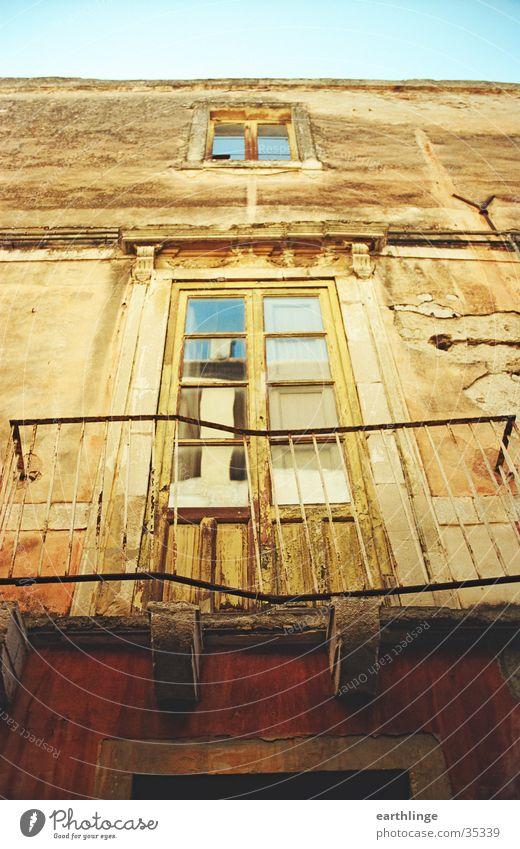 Taormina Italien Sizilien Haus verfallen Sommer Physik Romantik Balkon Fenster Europa alt Wärme Blauer Himmel Neigung