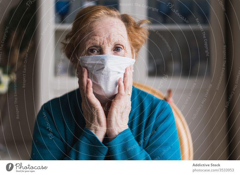 Ältere Frau mit medizinischer Maske steht und schaut in die Kamera Krankenhaus Mundschutz Infektion Krankheit Virus behüten Raum Risiko Menschengruppe Klinik