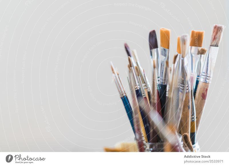 Viele Pinsel aus Glas auf dem Tisch Kulisse Pinselblume Kunst farbenfroh Farbe Hobby Werkstatt Atelier Empore Gerät modern Design Bürste kreativ Arbeitsplatz