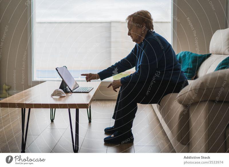 Alte Frau kommuniziert mit Tochter per Video-Chat auf Laptop Videoanruf heimwärts Senior Sitzung benutzend online abgelegen Entfernung Coronavirus Isolation