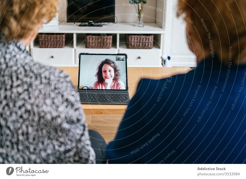 Frauen, die zu Hause Videogespräche am Laptop führen Videoanruf heimwärts Senior Sitzung benutzend online Freund heiter sich[Akk] sammeln gealtert Kommunizieren