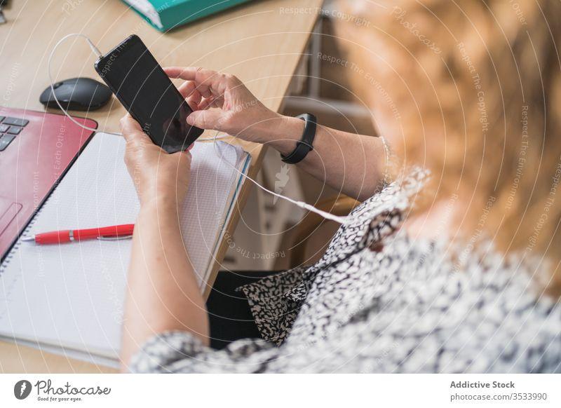 Anonyme Frau, die zu Hause am Schreibtisch an Laptops arbeitet Tisch heimwärts Arbeit benutzend Internet Browsen Business Apparatur Gerät online Job