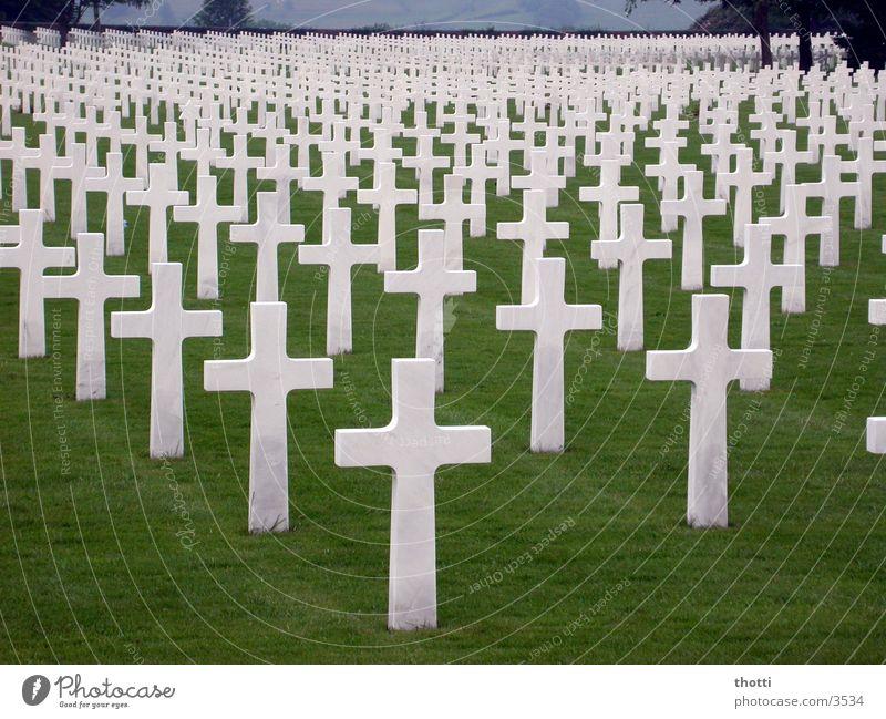 Einzelschicksal? II Grab Friedhof Soldat Krieg historisch Rücken Tod death