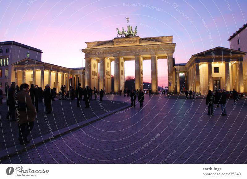 Berlin - Brandenburger Tor 3 Dämmerung Sonnenuntergang kalt Durchgang rosa Beleuchtung Architektur blau Mensch Dezember 2004
