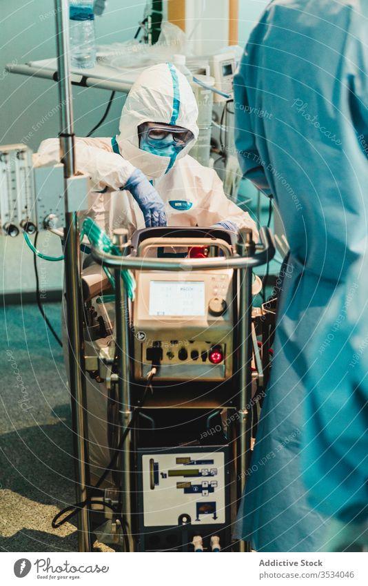 In einem modernen Krankenhaus prüft der Arzt die Ausrüstung vor der Operation Uniform Gerät Raum Spezialist Handschuh Klinik Arbeit Medizin Werkzeug Chirurg