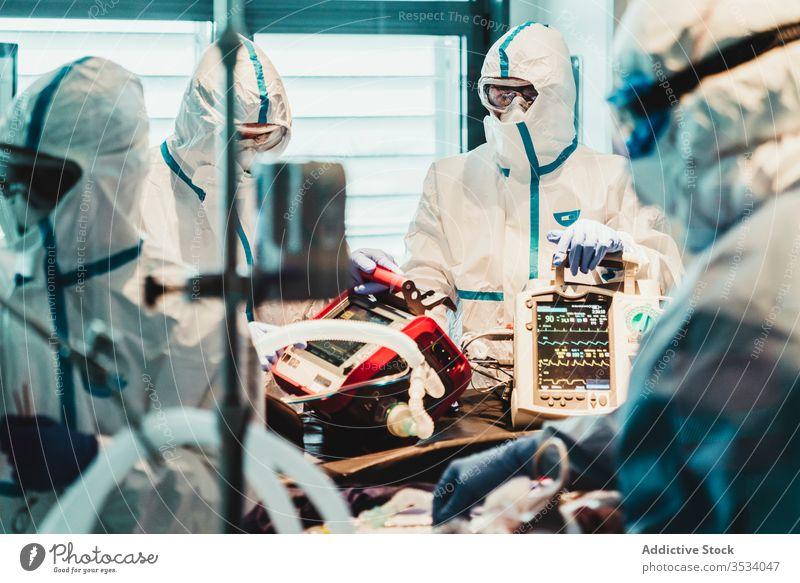Gruppe von Ärzten im Operationssaal Menschengruppe Arzt Uniform Gerät Klinik Mundschutz professionell Medizin Beruf steril Leckerbissen medizinisch