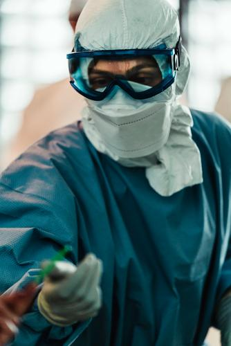 Professioneller Chirurg, der in einer modernen Klinik operiert Arzt Uniform Mundschutz Operation Raum Spezialist professionell Medizin steril Handschuh