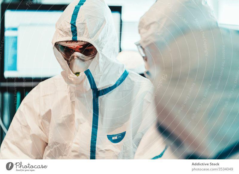 Seriöser Arzt mit Schutzmaske während der Operation in der Klinik Uniform Mundschutz Spezialist ernst professionell Arbeit Gesundheitswesen Medizin Leckerbissen