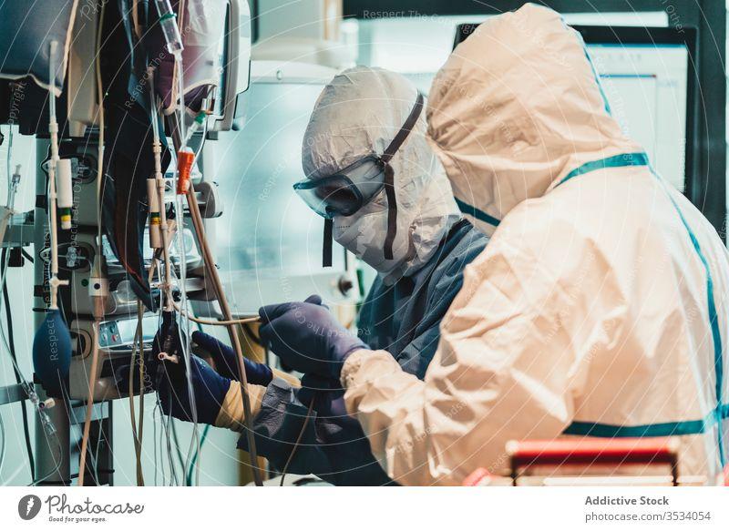 Professionelle Ärzte prüfen Ausrüstung vor der Operation Arzt Klinik Gerät Seuche Uniform Mundschutz Spezialist Medizin Gesundheitswesen medizinisch Arbeit