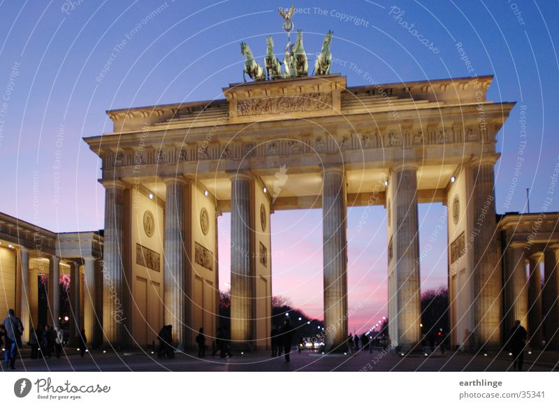 Berlin Brandenburger Tor 2 blau kalt Berlin Beleuchtung Architektur rosa Perspektive Dynamik Durchgang Brandenburger Tor