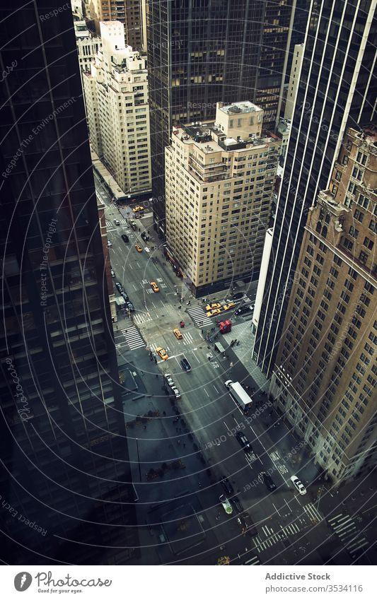 Stadtallee mit hohen Wolkenkratzern und Fahrzeugen Straße Verkehr Zentrum New York State Megapolis Business Turm urban Gebäude Konstruktion USA amerika