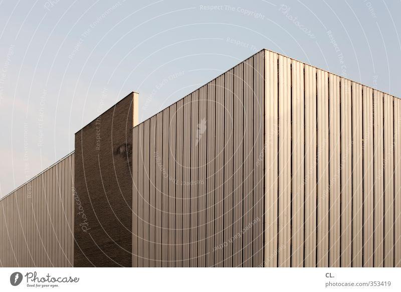 ecke Himmel Wolkenloser Himmel Stadt Menschenleer Haus Hochhaus Industrieanlage Bauwerk Gebäude Architektur Mauer Wand Fassade eckig einfach ästhetisch