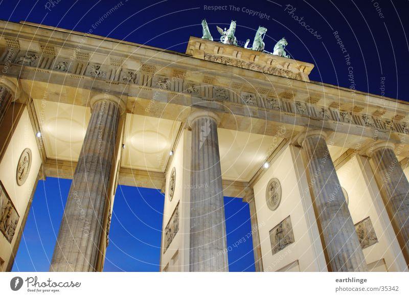 Berlin Brandenburger Tor 1 Dämmerung kalt Durchgang Beleuchtung Architektur blau Perspektive Dynamik Dezember 2004