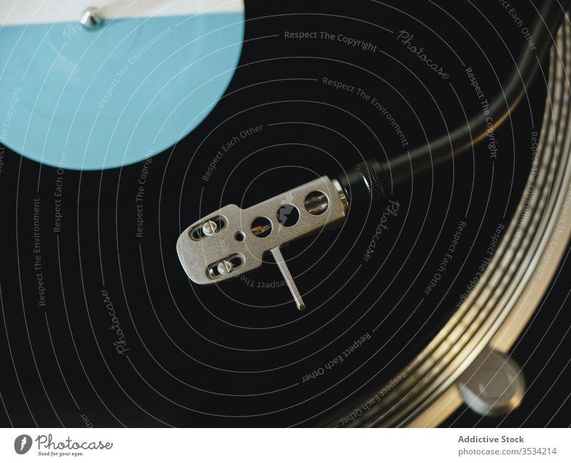 Moderner Plattenspieler mit Vinylplatte auf Tisch zu Hause Plattenteller Aufzeichnen Spieler Scheibe Nostalgie modern retro Wohnzimmer heimwärts Zeitgenosse