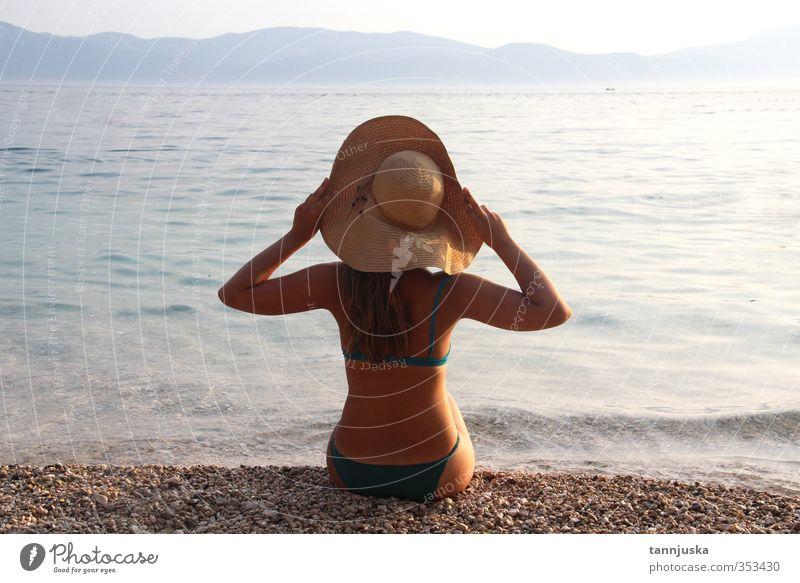 Junge schöne Frau am Strand Körper Ferien & Urlaub & Reisen Tourismus Sommer Sonne Meer Berge u. Gebirge Erwachsene Natur Landschaft Himmel Horizont Küste