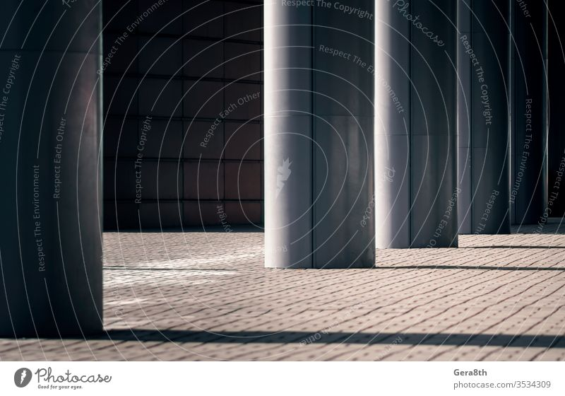 Säulen eines modernen Gebäudes an einer Stadtstraße ohne Menschen Architektur Herbst Hintergrund schwarz Großstadt Farbe Spalte dunkel Tag Design leer