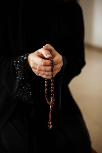 Gebetshände einer Frau, die einen Rosenkranz hält Perlen Mann Hände muslimisch Symbol beten Religion Glaube heilig Islam Allah Gott Meditation Ramadan